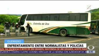 Normalistas se enfrentan con policías en Tixtla, Guerrero