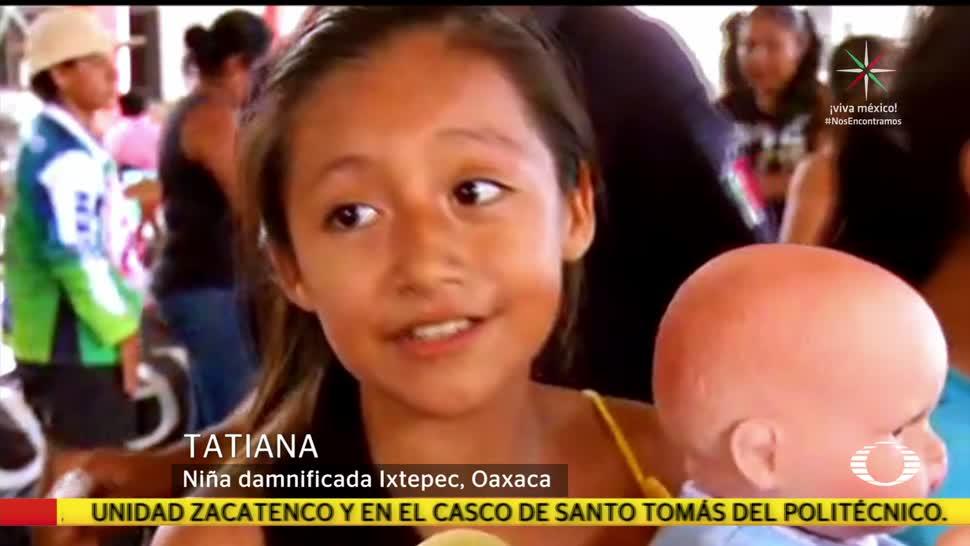 Mujer dona muñecos a niñas damnificadas