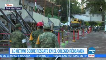 Con las manos, marinos y soldados retiran escombros del colegio Rébsamen