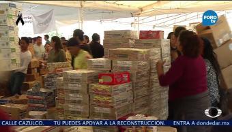 Voluntarios laboran en el centro de acopio ubicado en Estadio Azteca