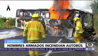 Hombres armados incendian autobús de pasajeros en Guerrero