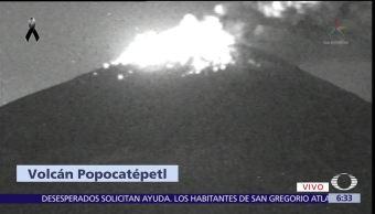 Volcán Popocatépetl lanza material incandescente y ceniza
