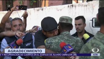 Padre abraza al soldado que recuperó cuerpos de su familia tras sismo