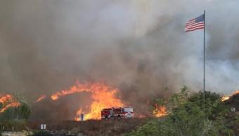 Evacúan más de 500 viviendas por incendio en Los Ángeles