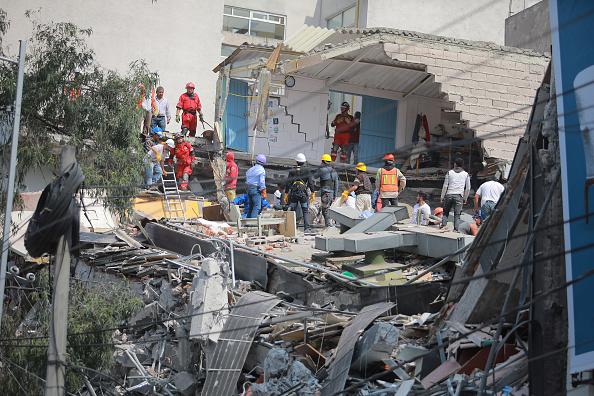 Osorio Chong pide salir de edificios por sismo; habrá revisiones