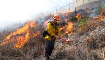 Gobernador de California declara emergencia en Los Ángeles por incendio
