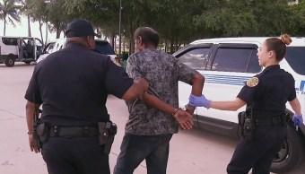 Policías de Miami detienen a indigentes ante llegada del huracán 'Irma'