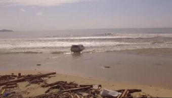 Automóvil arrastrado al mar por la tormenta Lidia en BCS