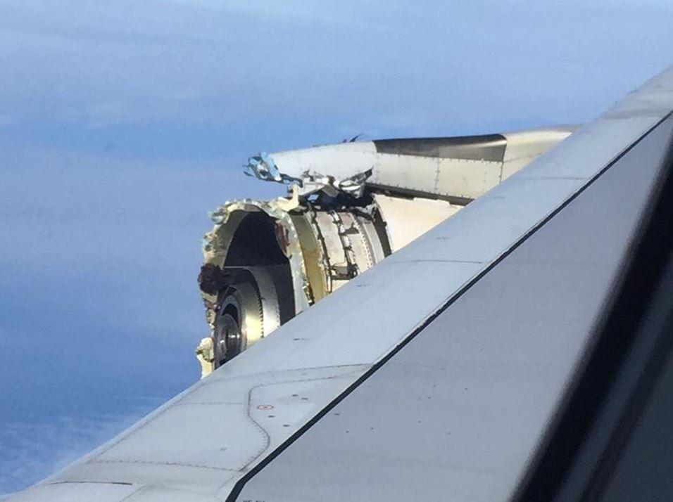 Avión aterriza de emergencia por la explosión de uno de sus motores