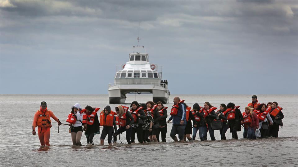 123 maestros, varados en catamarán mientras festejaban su día