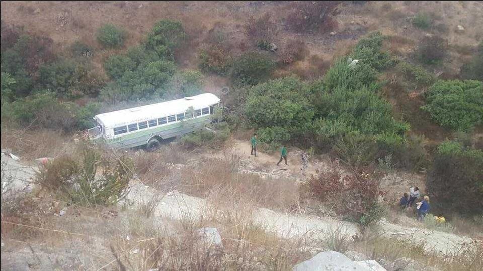 camión transporte de personal cae a barranco en Tijuana