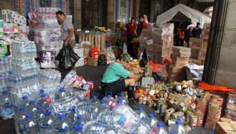 Capitalinos donan víveres en centro de acopio