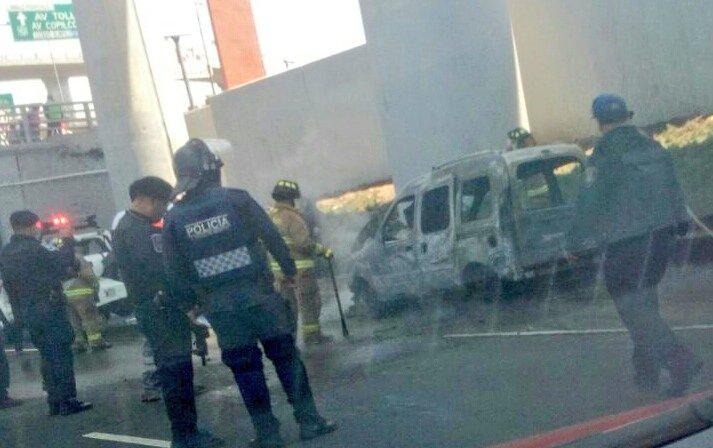 Controlan incendio de vehículo en carriles centrales de Periférico