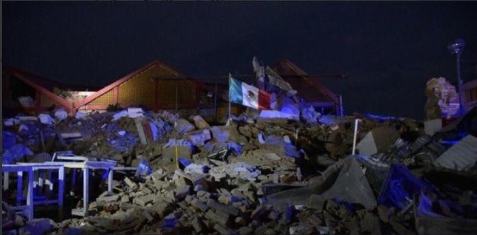 Bandera de México entre escombros del palacio municipal de Juchitán, en Oaxaca