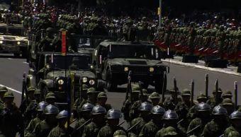 Niños participan como soldados y marinos honorarios en desfile militar