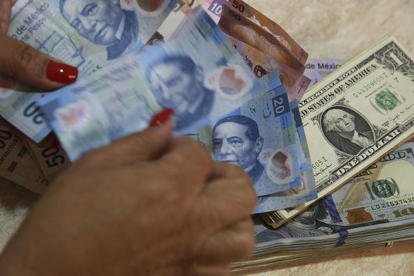 El dólar cierra en 18.13 pesos en bancos