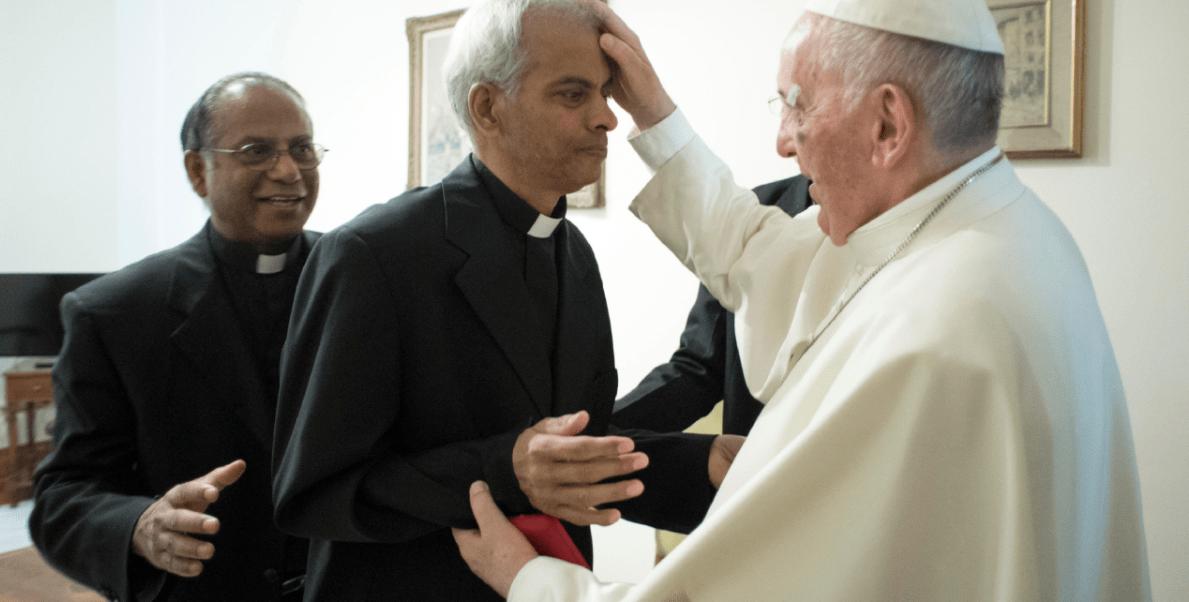 El papa Francisco bendice al sacerdote Thomas Uzhunnalil