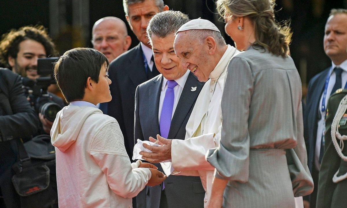 Emmanuel el hijo guerra entrega simbolo paz papa Francisco
