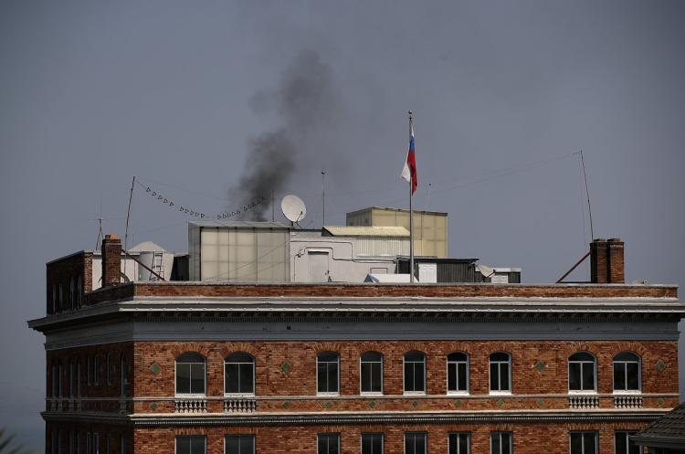 Misterioso humo negro sale consulado ruso San Francisco