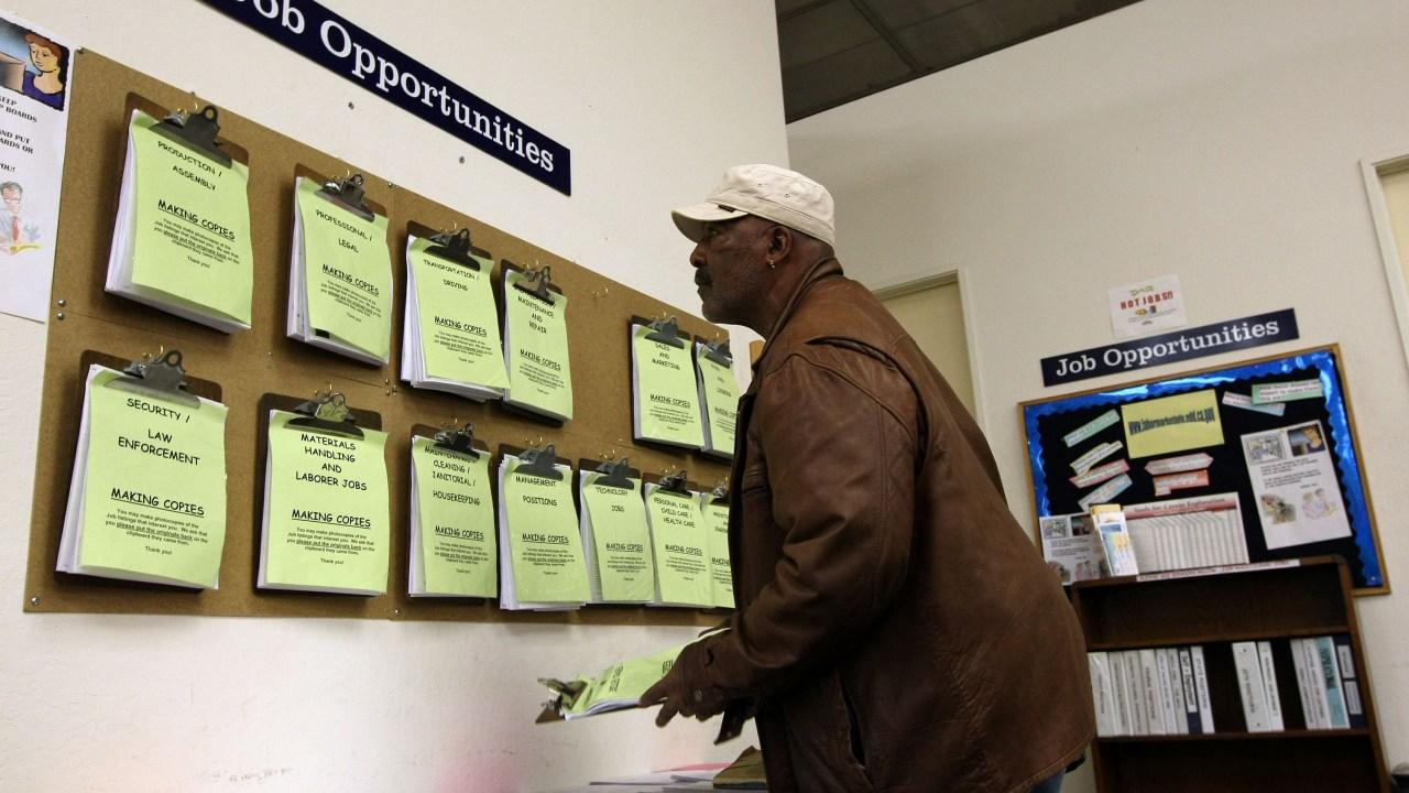 Las solicitudes de subsidios por desempleo caen
