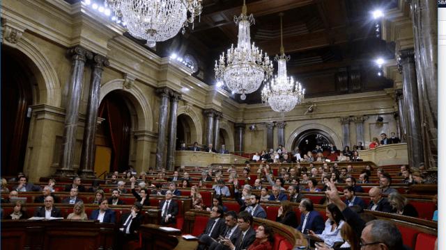 Legisladores catalanes durante una sesión en el Parlamento