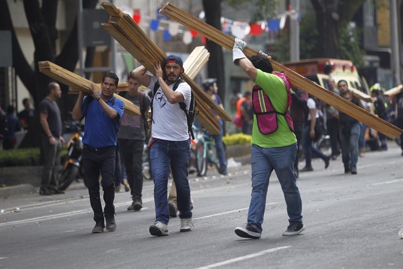 Mexicanos acuden a los llamados de ayuda tras sismo