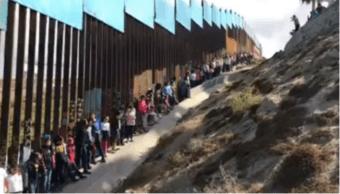 Niños le cantan a México en la frontera con EU