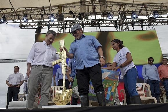 Timochenko exige a Santos cumplir con los acuerdos de paz