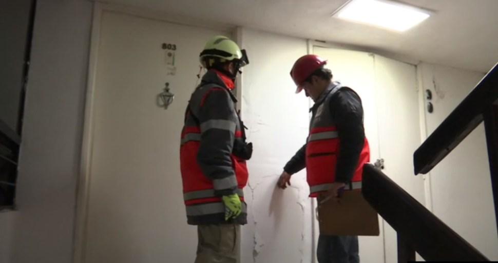 autoridades de la cdmx revisan un edificio en la doctores