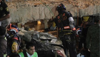 rescatistas intentan auxiliar a damnificados por sismo