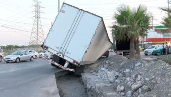 trailer cae a zanja en san nicolas