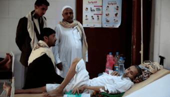 Un paciente enfermo de cólera recibe atención médica en Yemen