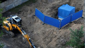 Una lona azul cubre la bomba que será desactivada