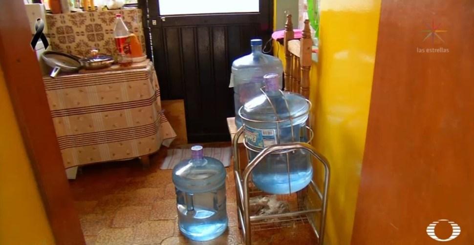 Ante escasez de agua, habitantes de Iztapalapa se bañan con agua de garrafón
