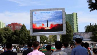 Varias personas observan el lanzamiento de un misil Corea Norte
