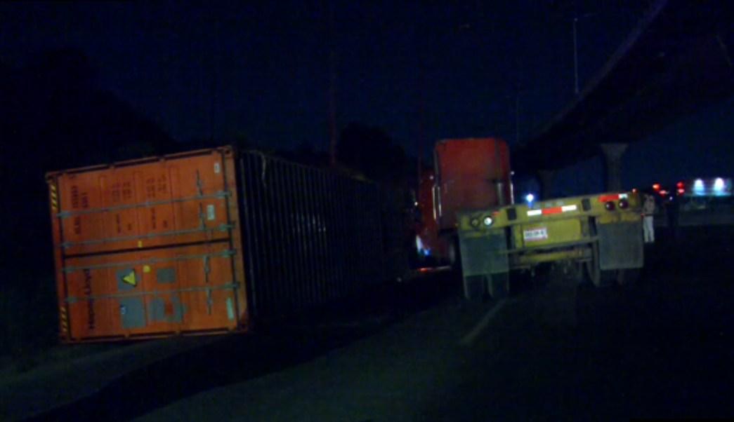 Volcadura de trailer provoca afectaciones en la mexico queretaro