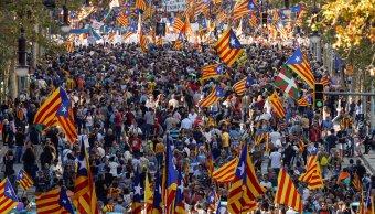 Miles de catalanes se manifiestan contra el Gobierno español
