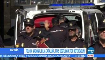 Agentes de la Policía Nacional española abandonan su hotel en Reus