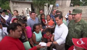 Peña entrega tarjetas para familias damnificadas en Chiapas