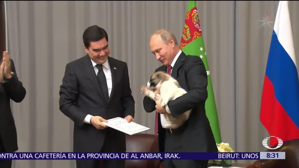 Regalan cachorro al presidente ruso Vladimir Putin