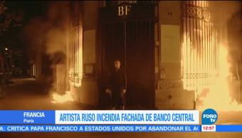 Artista ruso incendia banco en París