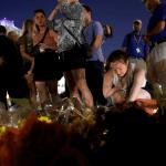 Algunas personas colocan flores y velas en honor a las víctimas