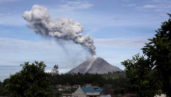Volcán Sinabung expulsa lava y ceniza en la isla Sumatra