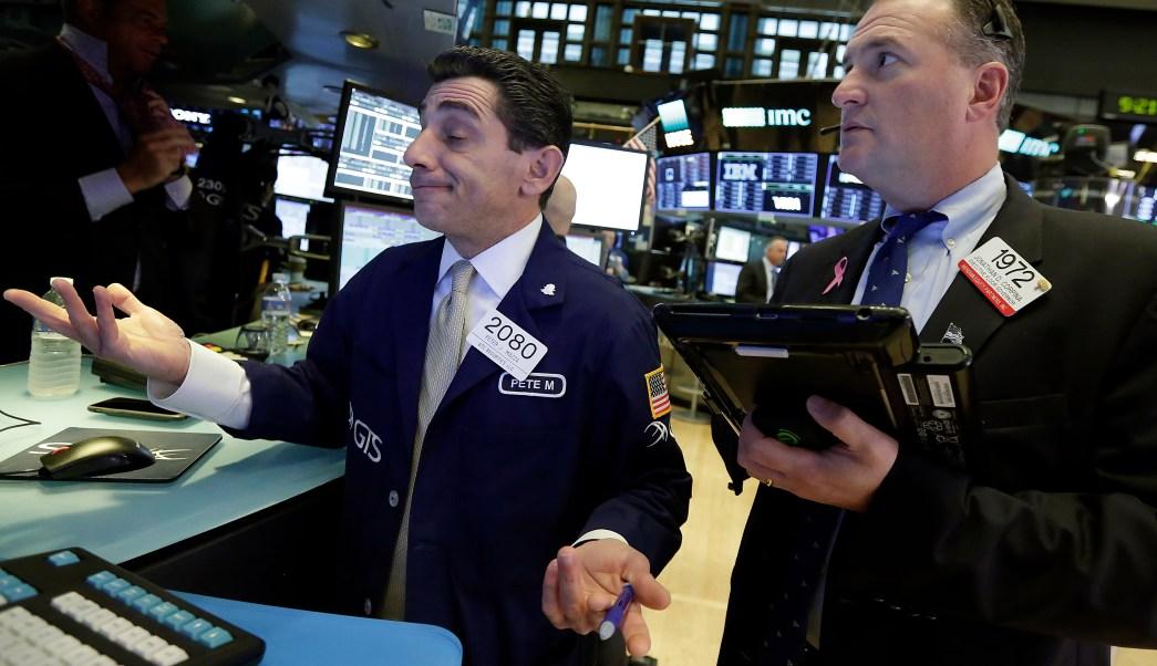 Wall Street cierra con pérdidas y detiene su carrera de récords