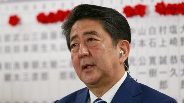 Partido del primer ministro Abe gana elecciones en Japón, según sondeo