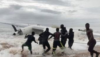 Suman cuatro muertos por accidente de avión en Costa de Marfil