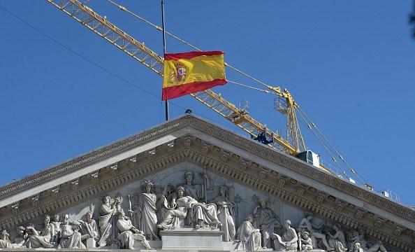 bandera de españa ondea sobre el parlamento, europa