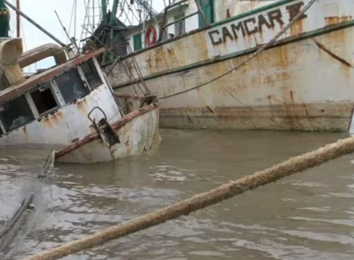 Barco pesquero hundido por oleaje en Alvarado, Veracruz