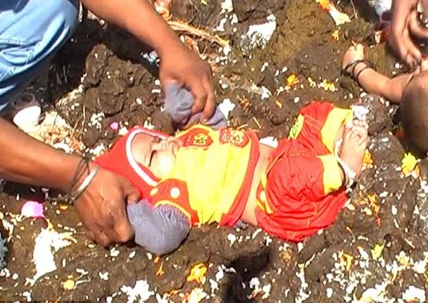 Niños en India son arrojados a estiércol para la buena suerte