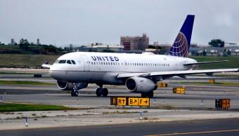 Despiden policías expulsión pasajero vuelo United